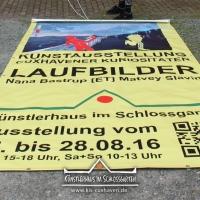 2016_Banner-aufhaengen_Cuxhavener-Kuriositaeten_Kuenstlerhaus-im-Schlossgarten-in-Cuxhaven_01