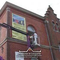 2016_Banner-aufhaengen_Cuxhavener-Kuriositaeten_Kuenstlerhaus-im-Schlossgarten-in-Cuxhaven_08