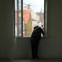 2018_Schnuppi-landet-in-Cuxhaven_Banner-aufhaengen_Andreas-Wrosch_und_Julia-Penner_Kuenstlerhaus-im-Schlossgarten_in-Cuxhaven_1