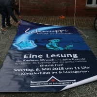 2018_Schnuppi-landet-in-Cuxhaven_Banner-aufhaengen_Andreas-Wrosch_und_Julia-Penner_Kuenstlerhaus-im-Schlossgarten_in-Cuxhaven_11