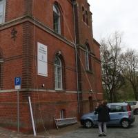 2018_Schnuppi-landet-in-Cuxhaven_Banner-aufhaengen_Andreas-Wrosch_und_Julia-Penner_Kuenstlerhaus-im-Schlossgarten_in-Cuxhaven_2