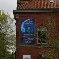 2018_Schnuppi-landet-in-Cuxhaven_Banner-aufhaengen_Andreas-Wrosch_und_Julia-Penner_Kuenstlerhaus-im-Schlossgarten_in-Cuxhaven_20