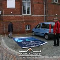2018_Schnuppi-landet-in-Cuxhaven_Banner-aufhaengen_Andreas-Wrosch_und_Julia-Penner_Kuenstlerhaus-im-Schlossgarten_in-Cuxhaven_8