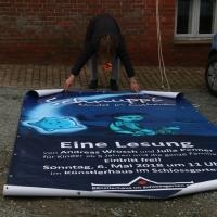 2018_Schnuppi-landet-in-Cuxhaven_Banner-aufhaengen_Andreas-Wrosch_und_Julia-Penner_Kuenstlerhaus-im-Schlossgarten_in-Cuxhaven_9