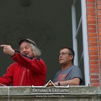 2018_Schnuppi-landet-in-Cuxhaven_Banner-aufhaengen_Andreas-Wrosch_und_Julia-Penner_Kuenstlerhaus-im-Schlossgarten_in-Cuxhaven_19