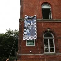IRIS-A-MAZ_Banner-aufhaengen_Kuenstlerhaus-im-Schlossgarten_Cuxhaven_02