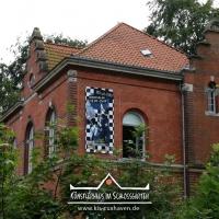 IRIS-A-MAZ_Banner-aufhaengen_Kuenstlerhaus-im-Schlossgarten_Cuxhaven_03